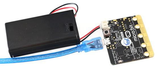 BBC micro:bit s USB kabelem a držákem baterií